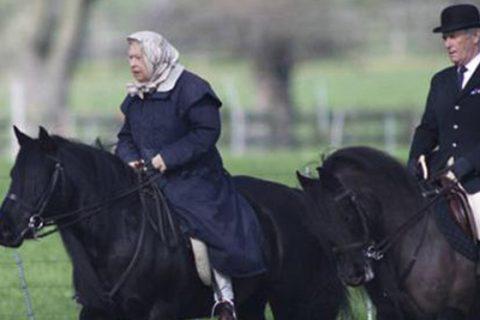 La reina Isabel reaparece tras la cuarentena montando a caballo