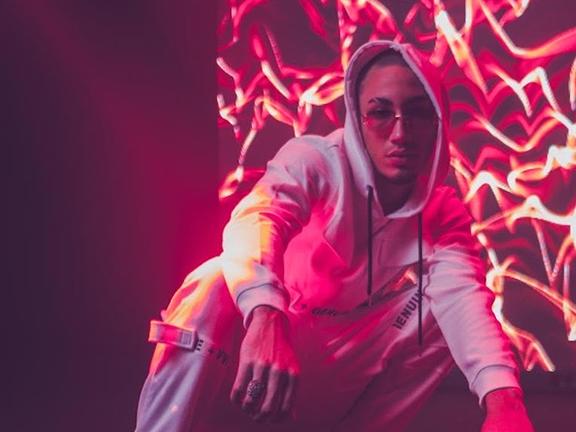 El cantautor urbano Omar Courtz se estrena de la mano de Pitbull con sencillo «Desorientada»
